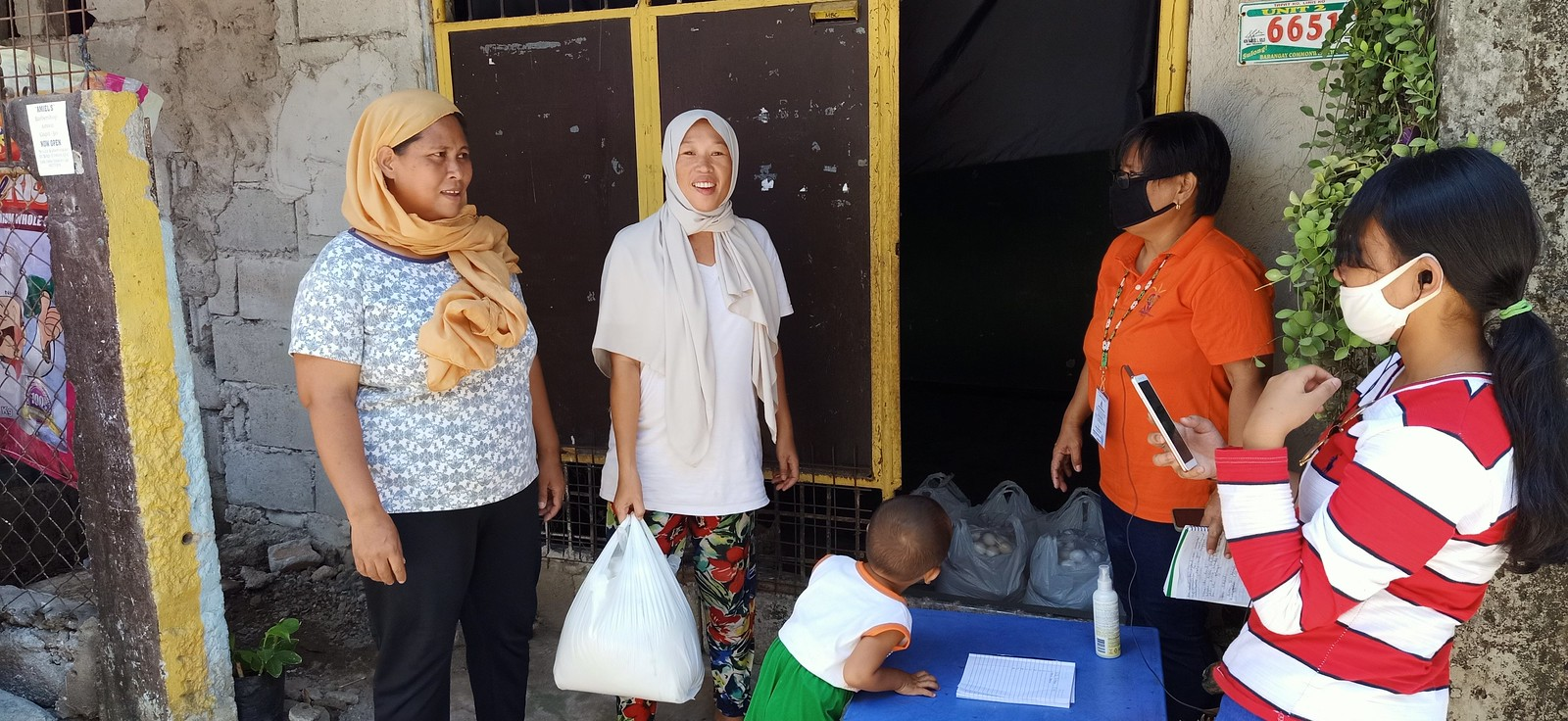 Filipino Christians provide relief goods during pandemic